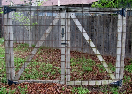 Closed mesh gate