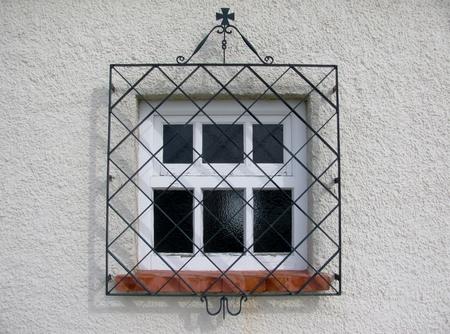 Detalhe de uma janela velha com uma grade. Lisboa, Portugal