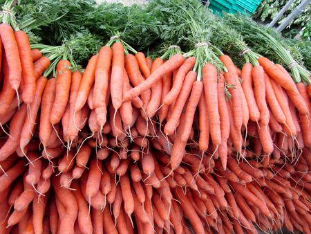 Pile of fresh ripe carrots on farmer market Imagens
