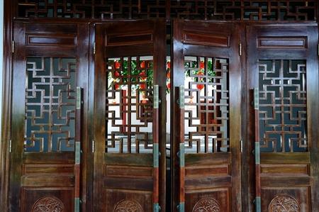 puertas de madera: Hueco al estilo chino tallado puertas de madera Editorial