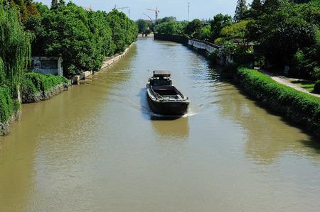 MOTORIZADO: barcos motorizados en Hangzhou Gran Canal, Pekín Foto de archivo