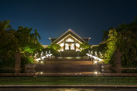 and sanya: Sheraton Sanya Yalong Bay Hotel at night
