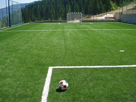 soccerfield:  lege voetbalveld in de bergen                 Stockfoto