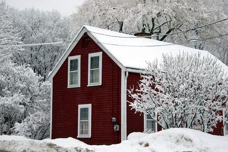 casa colonial: Roja casa entre los �rboles bajo la nieve
