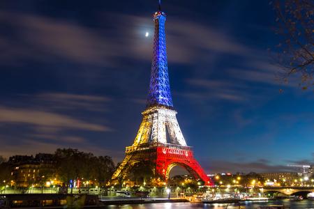 bandera francia: Pris, Francia 18 de noviembre de 2015: La Torre Eiffel se iluminó con los colores de la bandera nacional francesa azul, blanco y Redto víctimas de honor de los November 13 ataques terroristas en Paristhat del viernes mató a 129 personas.
