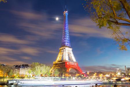 bandera blanca: Pris, Francia 18 de noviembre de 2015: La Torre Eiffel se iluminó con los colores de la bandera nacional francesa azul, blanco y Redto víctimas de honor de los November 13 ataques terroristas en Paristhat del viernes mató a 129 personas.