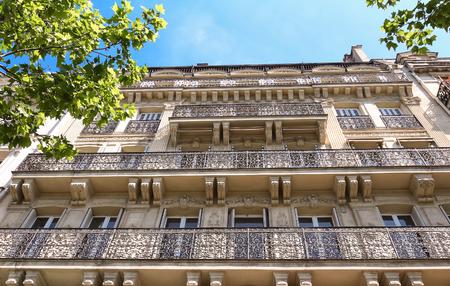 baranda para balcon: The facade of Parisian building, France.