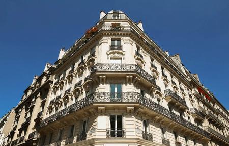 baranda para balcon: La fachada del edificio parisino, Francia.