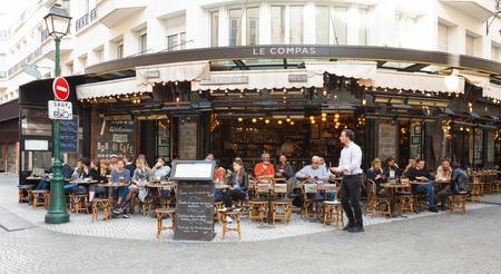 有名な伝統的なビストロ エスカルゴ、パリ、フランス。 報道画像