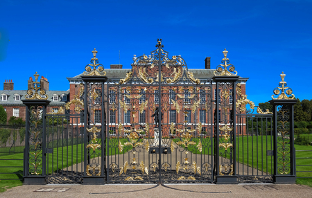 The gates of Kensington Palace in Hyde Park in London, England 版權商用圖片 - 84919077