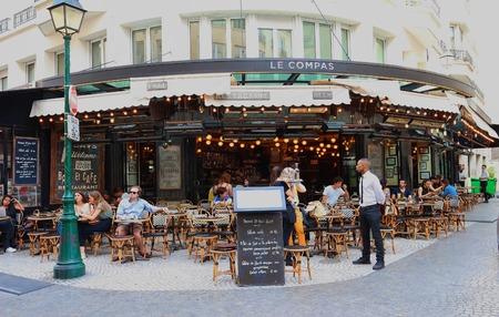 パリのモントルグイユ通りで伝統的なフレンチ レストラン Le コンパス。パリジャンや観光客、夏の日にはテラスで飲食をお楽しみください。