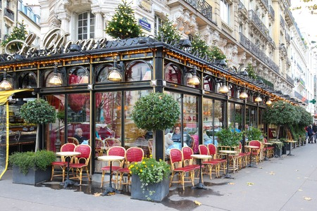 Paris, France-November 26, 2017: The famous restaurant Le Dome decorated for Christmas located on Montparnasse boulevard in Paris.It was once home for to intellectual stars , from Hemingway to Picasso. Stok Fotoğraf - 90561471