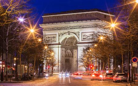 夕方の勝利のアーチ、パリ、フランス。 写真素材