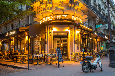 Le café traditionnel français Au cepage Montmartrois la nuit, Paris, France.