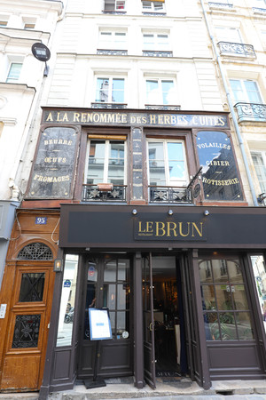 The restaurant Le Brun located in the heart of Paris, close to the Halles neighborhood.