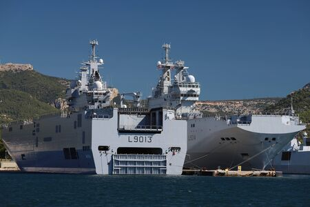 The amphibious assault ships Le Mistral and Le Tonnerre docked in the France Navy base at the harbor of Toulon , France. Éditoriale