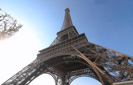 De Eiffeltoren is de meest populaire reisplaats en wereldwijd cultureel icoon van Frankrijk en de wereld.