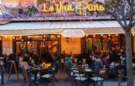 The famous Cafe Le Vrai Paris at night . It is located in the Montmartre, Paris, France. Редакционное