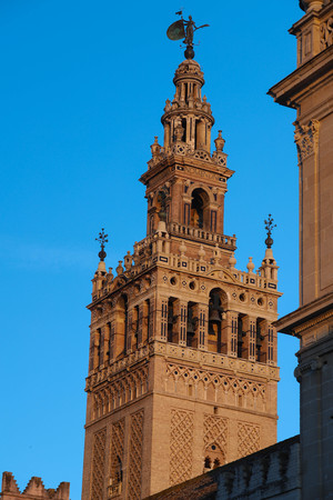 Famous tower of Giralda, Islamic architecture built by the Almohads and crowned by a Renaissance bell tower with the statue of Giraldillo at its highest point, Seville Cathedral. Imagens