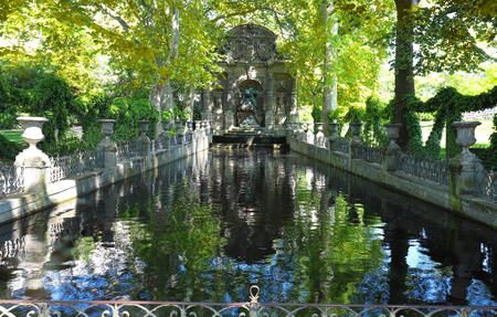 Romantic Baroque Medici Fountain designed in the early XVII century in Luxembourg Gardens . Paris. France. 免版税图像