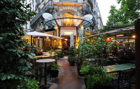 The cafe La Closerie des Lilas was where the intelligentsia hung out, Hemingway used to write here, the poet Baudelaire , the impressionist Claude Monet were regulars... Éditoriale