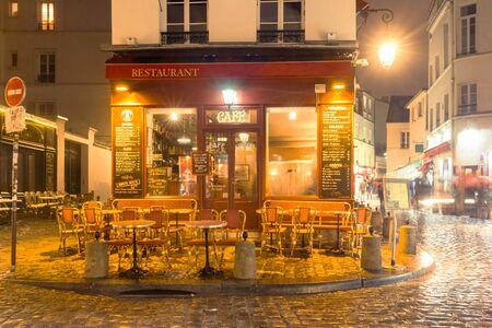 Vue du restaurant vintage parisien traditionnel le soir pluvieux. Banque d'images