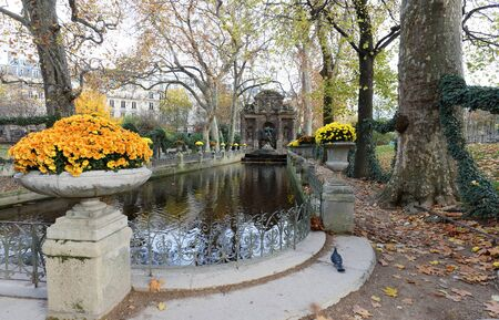 The Medici fountain , Luxembourg garden, Paris, France. 版權商用圖片