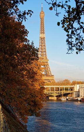 Beautiful view of autumn tree with the Eiffel tower in the foreground in Paris. 版權商用圖片