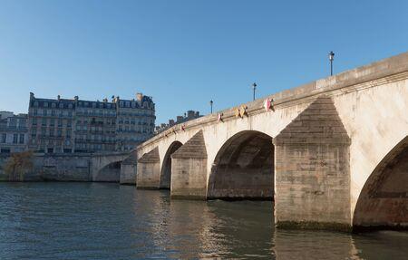 Pont Royal, the third oldest bridge in Paris, crossing Seine river, romantic landmark and tourist attraction. 版權商用圖片