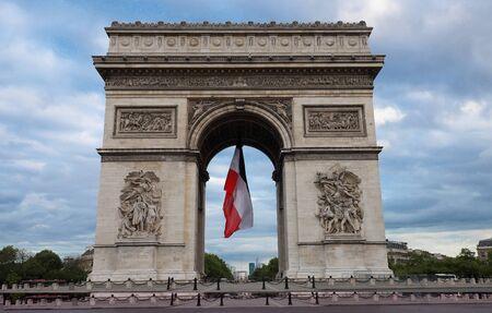 The Triumphal Arch decorated with French flag, Paris, France Foto de archivo