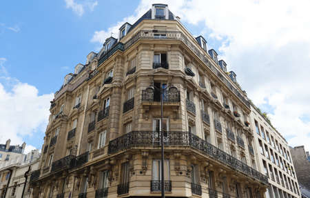 Traditional French house with typical balconies and windows. Paris. Banque d'images
