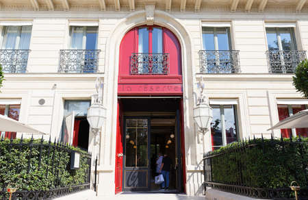 A highly distinctive urban mansion with a private address just off the Champs Elysees, La Reserve Paris offers quintessential 19th century Parisian chic and elegance.