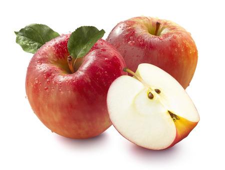 Twee natte rode honing crunch appels en kwartaal op een witte achtergrond voor het collo Stockfoto