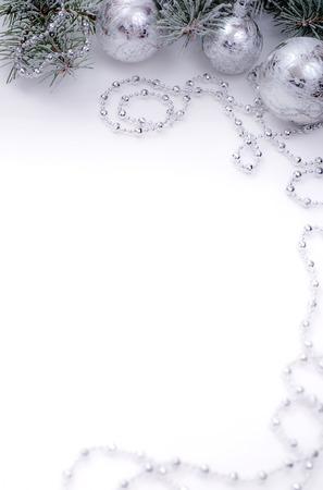 comida de navidad: Nueva mesa blanca años con el árbol de pieles de nieve y decoración de bolas de plata Foto de archivo