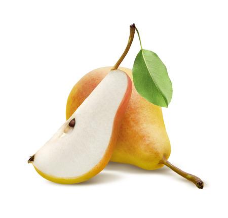 pera: Una pera y cuarta pieza fresca aislada en el fondo blanco