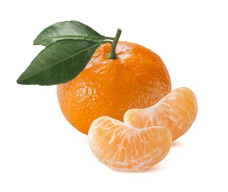 Enige oranje mandarijn mandarijn met bladeren en plakken die op witte achtergrond als pakket design element