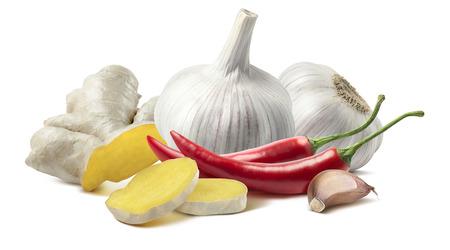 Ginger aglio peperoncino composizione isolato su sfondo bianco come elemento di design della confezione
