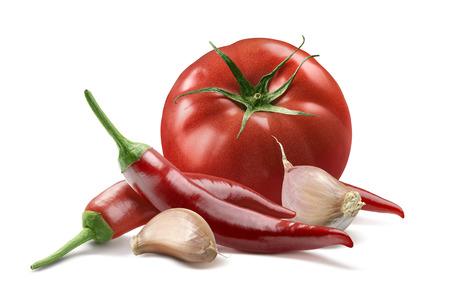 tomate: Tomates, les gousses d'ail, piment rouge piment isolé sur fond blanc comme élément de design de l'emballage Banque d'images