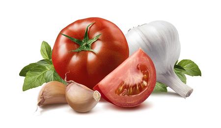 albahaca: Tomate, hojas de albahaca, los dientes de ajo aislado sobre fondo blanco como elemento de diseño de paquete Foto de archivo