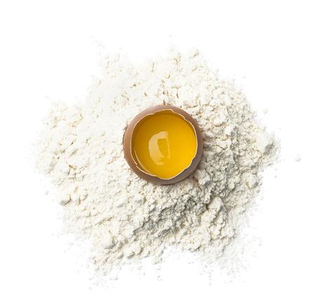 huevo blanco: huevo fresco en la harina de trigo aislado en el fondo blanco como elemento de diseño de paquete