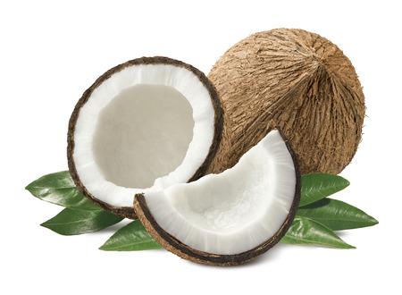 noix de coco: composition des morceaux de noix de coco avec des feuilles isolées sur fond blanc comme élément de design de l'emballage Banque d'images