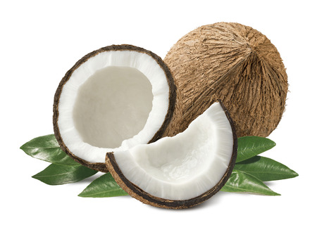 aceite de coco: pedazos de coco composición con hojas aisladas sobre fondo blanco como elemento de diseño de paquete Foto de archivo