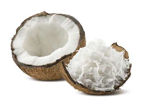 aceite de coco: cáscara de coco recién rallado medio aislado sobre fondo blanco como elemento de diseño de paquete Foto de archivo