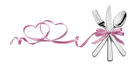 Vork mes lepel met roze lint hart ontwerp element Valentijn geïsoleerd voor evenement of feest poster, banner, email, menu, uitnodiging, catering service advertentie Stockfoto