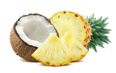aceite de coco: Piña pedazos de coco composición 2 aislado sobre fondo blanco como elemento de diseño de bulto para cócteles tropicales