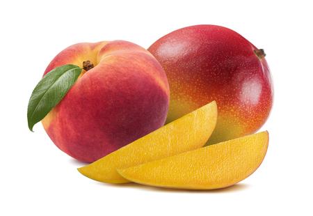 durazno: rebanadas Mango Melocotón aislado en el fondo blanco como elemento de diseño paquete