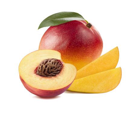 durazno: Rebanadas del mango melocotón mitad 3 aislado sobre fondo blanco como elemento de diseño de paquete Foto de archivo