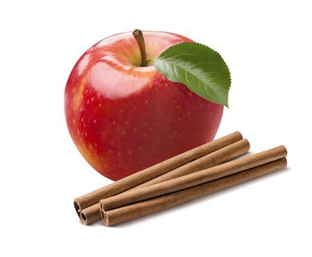 Ganzer frischer roter Apfel und Zimtstangen lokalisiert auf weißem Hintergrund als Paketgestaltungselement Standard-Bild - 64727538