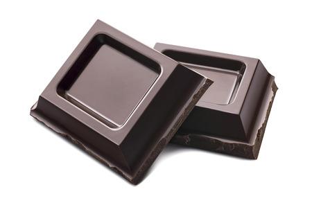 Donkere chocolade stukken geïsoleerd op witte achtergrond als pakket design element