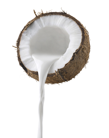 Vista lateral de colada de la leche de coco aislada en el fondo blanco como elemento del diseño del paquete Foto de archivo